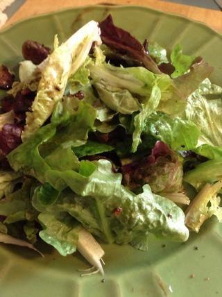 Mezcle por lo que todo la ensalada se recubre suavemente con la vinagreta y los trocitos de tocino se mezclan en.