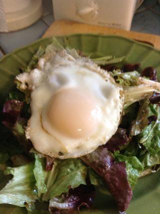 Cuando se cocina el huevo, deslice a la derecha en la parte superior de la ensalada.