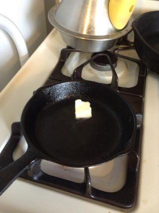 Ponga un poco de mantequilla en una sartén pequeña.