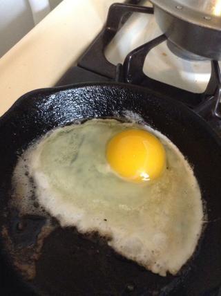 Caída en el huevo y freír al gusto. Lo ideal sería que la yema debe ser suave. usted'll see why in a minute.