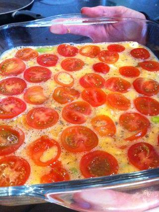 Vierta la mezcla en una fuente de horno, y añadir los tomates en rodajas finas en la parte superior.
