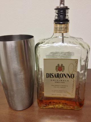 A continuación, se vierte en una onza de licor de Amaretto su favorito en el S / S.