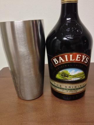A continuación, se vierte en una media onza de Baileys Irish Cream.