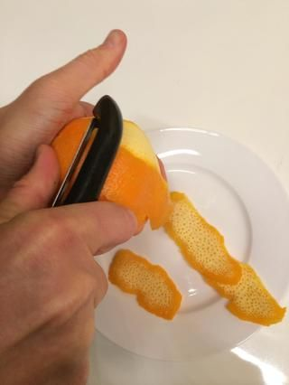 Usando una cáscara vegetal cortar la naranja en tiras.