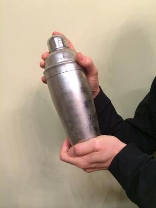 Cubra la coctelera y agitar cuidadosamente agresivamente durante al menos 10 segundos. El agitador empezará a hacer mucho frío!