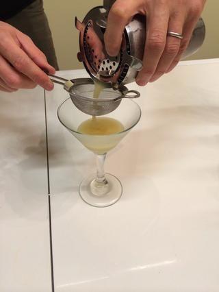 Añadir un colador hawthorne a la parte superior de la coctelera. Luego, filtrar su bebida a través de un colador de malla fina en una taza porción enfriada.