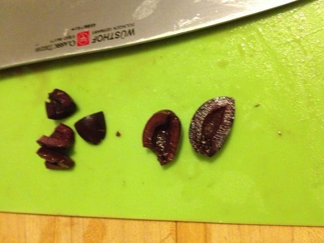 Picar sus aceitunas del mismo tamaño que las verduras. Por lo general sólo cortan por la mitad porque me gusta una aceituna grande.