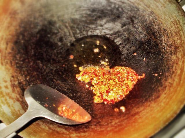 Freír la mezcla durante unos 3-5 minutos hasta que la pasta parece cocido (debe parecerse a una salsa de pesto rojo).