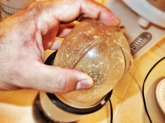 Una vez tostado, se muele utilizando un molinillo de café.
