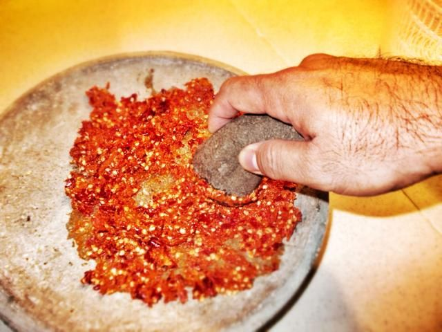 Moler y triturar bien, el truco está en'drag' the pestle across to 'bruise' the seeds. This would unlock the pungent and spicy oils that gives this Sambal it's character.