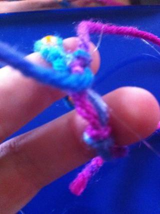 Tome la mitad de las cuerdas y ponerlos a través del lazo y luego empatar 3 nudos.