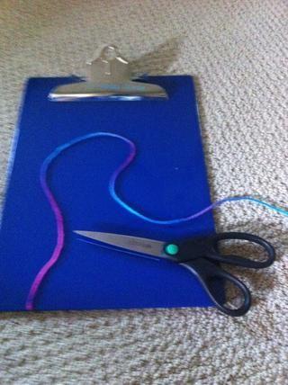 Ahora corte un pedazo de hilo alrededor de 24 pulg. De largo