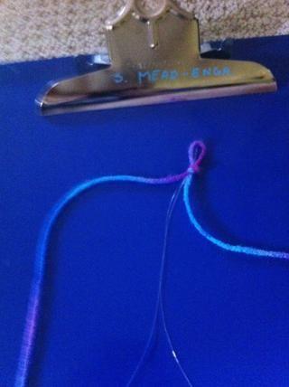 Dobla tanto la cadena clara e hilo en medio y luego un nudo donde los lazos son.