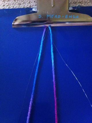 Ahora pon las cadenas en el portapapeles y alinear las cuerdas de modo que las claras están en el exterior y el hilo es en el interior.