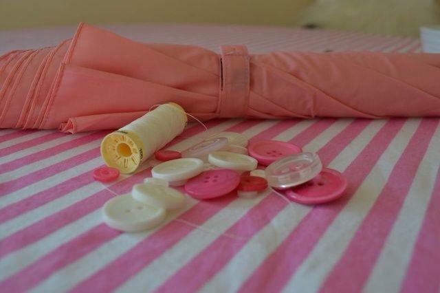 Comience a coser los botones elegidos desde el final de la pestaña (Velcro final) y el trabajo hacia el dosel.