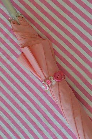 Su paraguas parece fabuloso cuando plegadas! Hace un bonito regalo o de la boda paraguas! Sombrillas de colores lisos están disponibles en brollybucket.co.uk! Feliz x elaboración