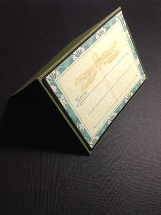 Doblamos a la mitad el pedazo de cartulina y pegamos la tarjeta Ephemera Artisan ...
