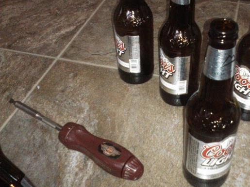 Inserte botellas en las abrazaderas de manguera y apriete. Ser consciente de la dirección colgando si eso's important to you.