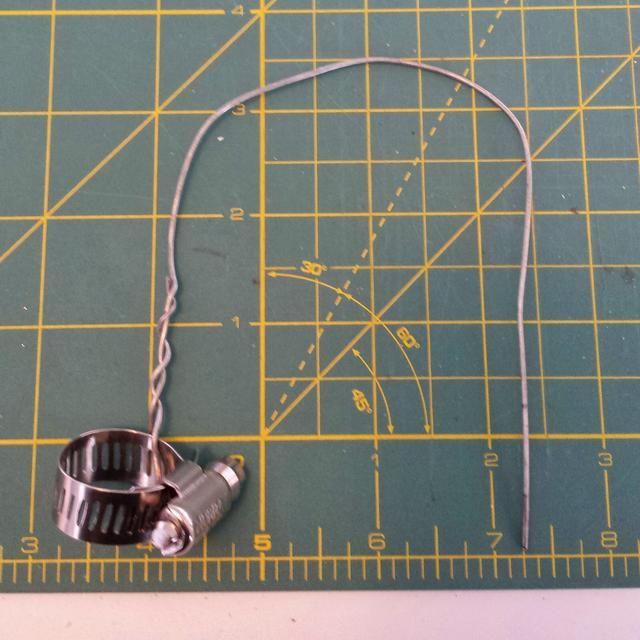Loop su cable alrededor de la abrazadera y girar juntos aproximadamente 1 1/2 pulgadas.