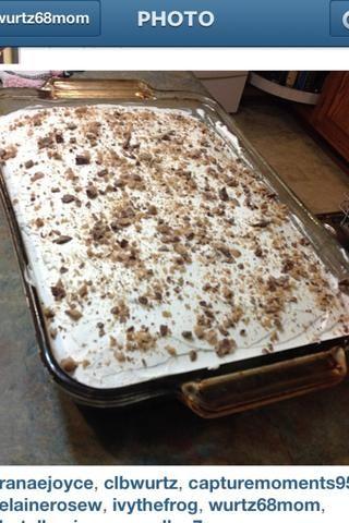 Una vez que el pastel se haya enfriado completamente apagado (se puede poner en el refrigerador) propagación crema batida sobre el pastel y luego aplastado barra de salud.