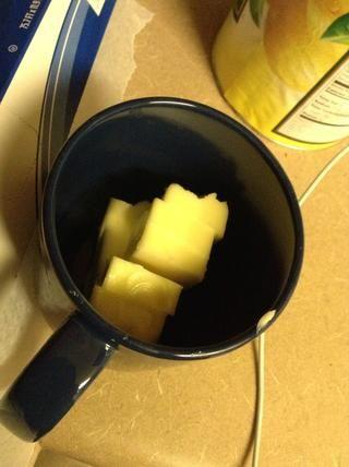 Poner la mantequilla en el microondas durante 40 segundos, dejar que se derrita.