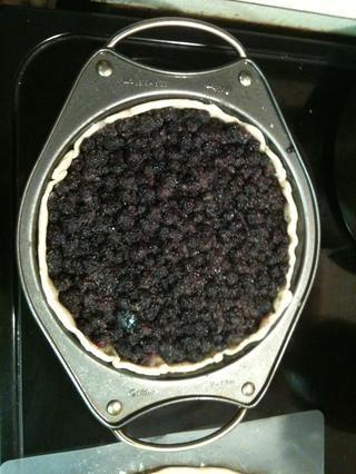 Presione corteza de pastel en el molde o la tarta de pan, hornear a 350 durante unos 10 minutos Retire del horno y dejar de lado. En un tazón grande combine el azúcar y las bayas. Escudo así. Vierta bayas azucaradas en molde para pastel
