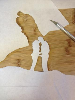 Utilice un cuchillo X-Acto para cortar la plantilla. Tenga en cuenta que el papel será el color de la camisa, el resto recibirá blanqueada. En este caso la pareja será el color de la camiseta.