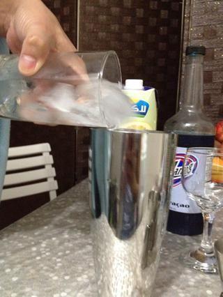 Colocar hielo en la coctelera.