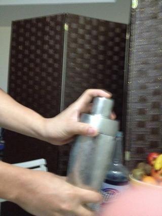 Tapar y agitar hasta el exterior de la coctelera es esmerilado. Ello'll take about 10secs.
