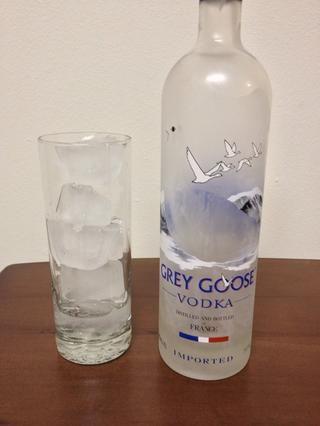Vierta en 1 y 1/2 onzas de su vodka favorito. :)