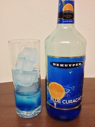 A continuación, agregue en una onza de Blue Curaçao.