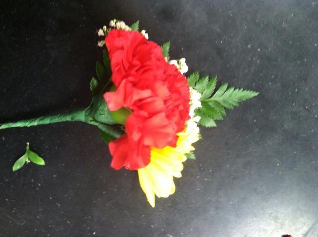 A continuación, coloque su margarita ligeramente inferior que el clavel y la cinta floral.