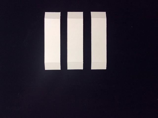 Cortar 3 tarjetas de tiras de soporte acciones en 1x 3 3/4 pulgadas. Luego marcar en medio de una pulgada de cada extremo de los 3.