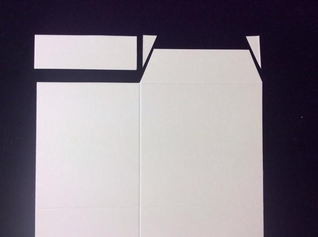 En tarjeta base cartulina cortar una ficha en la sección 3.4 pulgadas como muestra la imagen.