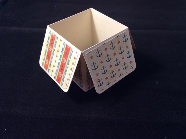 Pegamento pestaña creado en posición para formar forma de la caja. Utilice pegamento ya que esto permite que se deslizó en la alineación correcta.