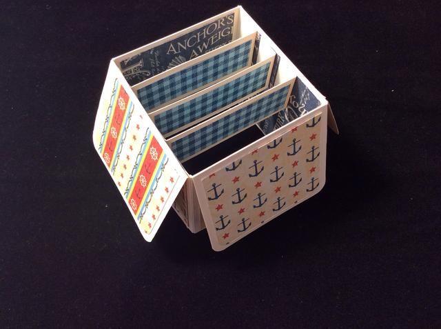 Pegue en tiras de soporte en el interior de la caja. Asegúrese de que están espaciados uniformemente. Aplique el pegamento a las solapas en cada extremo de las tres tiras.