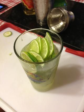 Agregue el resto de cal para vidrio. Guarde una rodaja de limón para adornar.