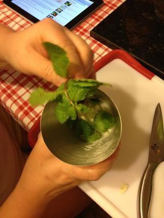 Añadir las hojas de menta a la coctelera.