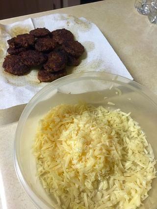 Mezclar el queso con chorizo.