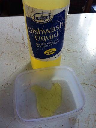Añadir líquido lavaplatos y agua