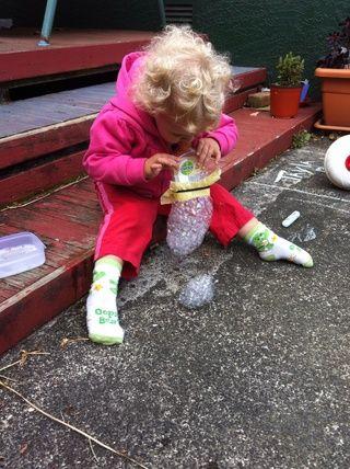 Recuerde a los niños pequeños a no respirar mientras que el fabricante de la serpiente de burbujas en los labios, que'll get a mouth full of bubbles :)