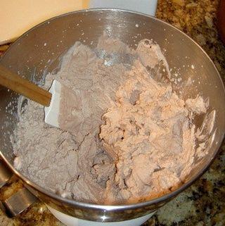 Preparar el relleno. Batir la crema hasta que esté firme. Agregar el extracto de vainilla, el azúcar, el cacao y el café. Apaga pastel sobre paño de cocina limpio. Presentación Spread y el lado largo rollo.