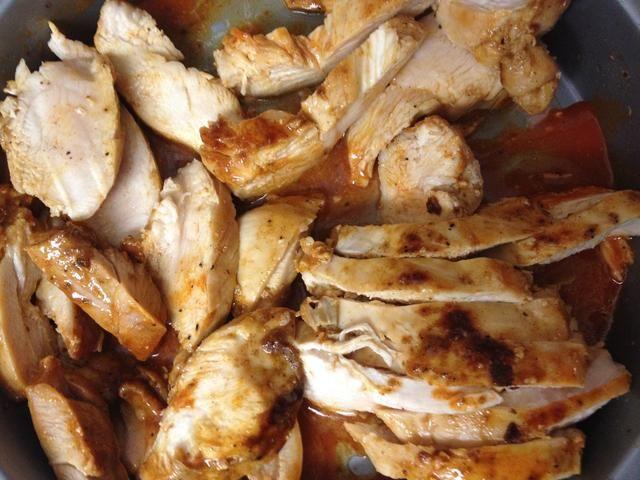 cortar el pollo y agitar el recipiente hasta que la salsa cubre el pollo de manera uniforme.