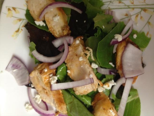 para construir la ensalada: comenzar con una capa de lechuga, colocar unas rodajas de pollo en la parte superior, espolvorear con cebolla y queso de cabra! disfrutar de su comida deliciosa!