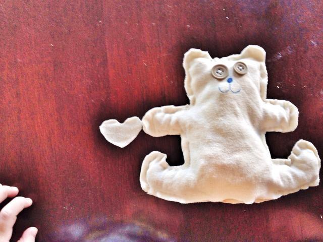 Hacer un corazón. Todos los osos necesitan un corazón.