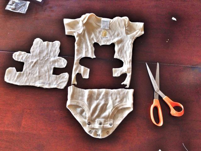 Dibujar una forma de oso. Ya basta, cortando a través de ambas capas de tela.