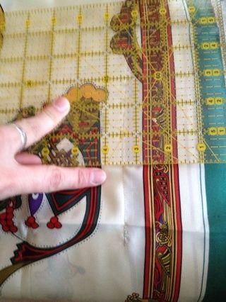 Mover de un tirón para que los lados derecho están fuera. Medir el grado de tensión que desea la camiseta que sea. Pin, luego coser una línea recta.