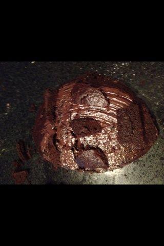 Cortar pequeños trozos de pastel y la capa de las plumas faciales