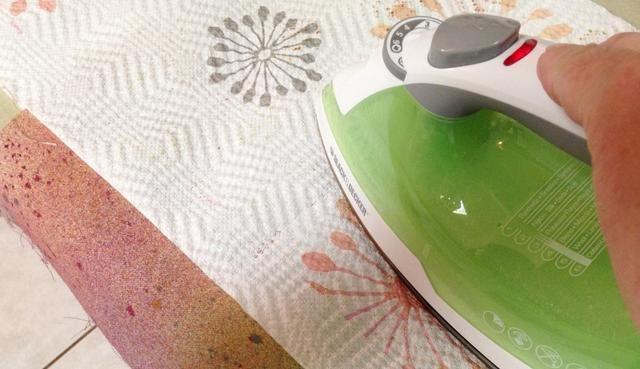 lugar de la lona entre toallas de papel y hierro para calentar las tintas conjunto ...