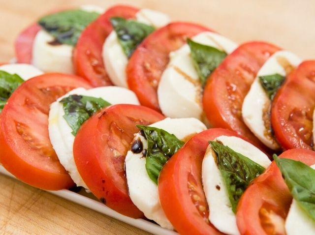 Cómo hacer una ensalada Caprese con una receta balsámico Reducción